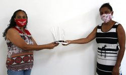 SINDIFES doa protetores faciais para TAE do Sistema de Bibliotecas da UFMG 1